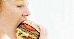 إن النوم الكافي ليلاً، يؤدي إلى تناول كمية أقل من الطعام نهاراً